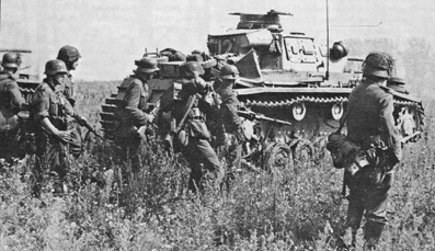 Панцергренадеры в атаке  за танками Pz Kpfw III